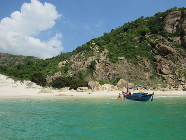 Biển Bình Lập trong xanh và yên bình