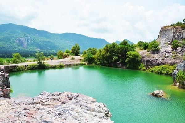 """Hồ nằm trên đồi Tà Pạ có đường đi hơi khó, trước đây chỉ có các phượt thủ chạy xe máy tới, hiện nay đã có nhiều du khách tìm đường tham quan. Mặt hồ xanh ngọc in bóng mỏm đá như cảnh trong phim cổ trang nên được gọi là """"tuyệt tình cốc"""" phiên bản miền Tây. Ảnh: Thanh Tuyết."""