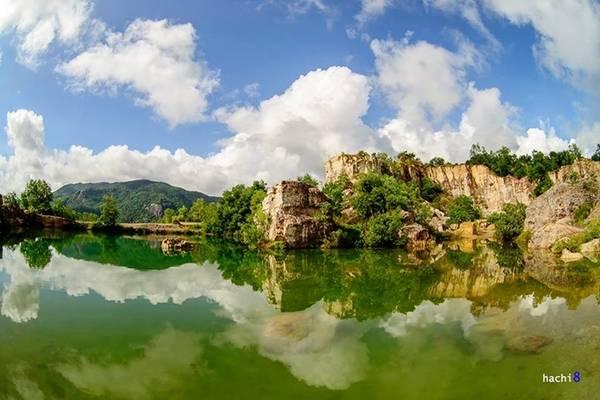 """Tà Pạ thuộc xã Núi Tô, cách thị trấn Tri Tôn khoảng một km, là một trong bảy ngọn núi tạo nên địa danh """"Thất Sơn"""" huyền bí. Từ chợ Tri Tôn bạn hỏi đường đến chùa Tà Pạ, người dân hay gọi là chùa Núi hay chùa Chưn Num (theo tiếng Khmer). Từ cổng chùa đi khoảng 400 m sẽ tới đỉnh đồi, nơi có hồ nước. Ảnh: Hachi8."""