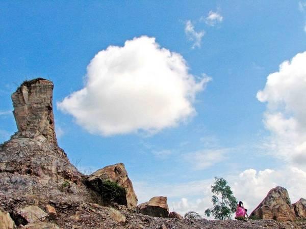 Xung quanh hồ là các phiến đá lớn, vết tích của việc khai thác đá. Trẻ em địa phương thường đứng trên mỏm đá nhảy xuống hồ tắm. Du khách lưu ý không làm theo, không leo lên mỏm đá, không tắm hồ để đảm bảo an toàn. Ảnh: Vương Mạnh.
