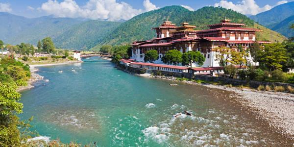 """Chính phủ Bhutan nhận thức rõ tác động của du lịch đối với cảnh quan và văn hóa độc đáo của mình. Do đó, ngay từ khi mở cửa du lịch, quốc gia này đã đưa ra những giới hạn đặc biệt nhằm tạo ra nền du lịch """"giá trị cao, ảnh hưởng thấp"""". Ảnh: Huffington Post."""