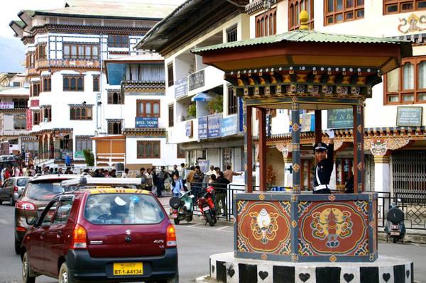 Thành phố Thimphu của Bhutan là một trong hai thủ đô trên thế giới không có đèn giao thông. Chính phủ có dự định lắp đèn, nhưng vấp phải sự phản đối của người dân. Họ cho rằng đèn giao thông không hiệu quả và thích cảnh sát điều hành hơn. Ảnh: Ajourneyofathousandsteps.