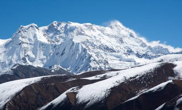 Gangkhar Peunsum của Bhutan là ngọn núi cao nhất thế giới chưa được chinh phục. Từ năm 2003, chính phủ Bhutan đã cấm leo ngọn núi này để bảo vệ tín ngưỡng tôn giáo của người địa phương. Ảnh: Mfaucher.