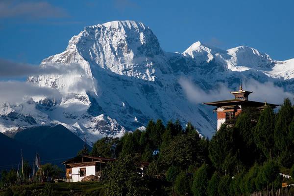 Bhutan là quốc gia duy nhất nằm trọn vẹn trong dãy Himalaya. Đây cũng là một trong những quốc gia nhỏ nhất châu Á, với diện tích 38.394 km2. Ảnh: Steve Razzetti.