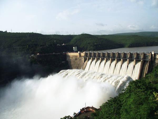 Vương quốc nhỏ bé này sản xuất lượng điện thừa dùng từ thủy điện. Tất cả công dân của Bhutan đều được dùng điện miễn phí, lượng còn lại được xuất khẩu ra các nước lân cận (thu được 36,5 triệu USD vào năm 2015). Trữ lượng than của Bhutan lên tới 1,3 triệu tấn, nhưng chỉ sử dụng khoảng 1.000 tấn mỗi năm. Ảnh: Glacierhub.