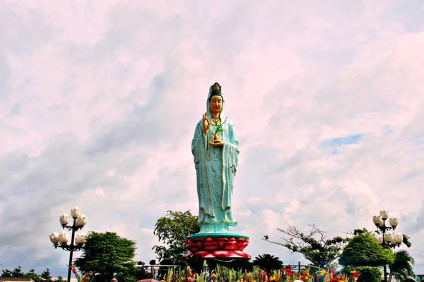 Điểm đến cuối cùng của chúng tôi là khu du lịch tâm linh Mẹ Nam Hải - Quan Âm Phật Đài, một trong những địa điểm văn hóa tâm linh được nhiều du khách lựa chọn. Bạn đừng quên cầu nguyện những điều tốt đẹp cho người thân khi đến đây.