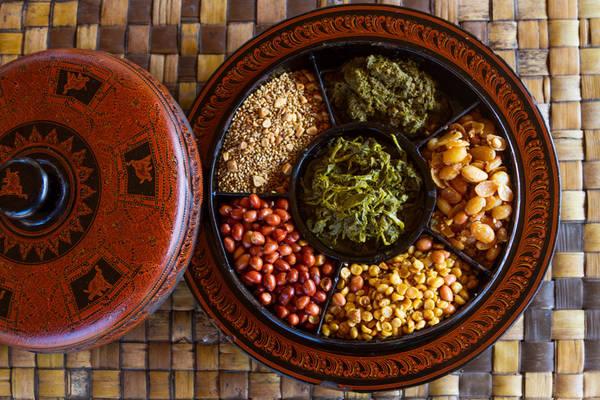 Salad lá trà: Một trong những đặc sản nổi tiếng của Myanmar là lephet hay lá trà lên men. Chúng được ăn riêng hoặc dùng làm nguyên liệu cho món lephet thoke - salad lá trà muối. Ảnh: MultiVerse Advertising.