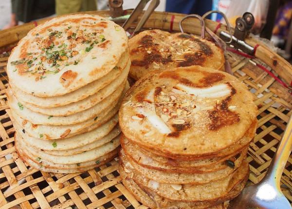 Những món nổi bật là hsa nwin ma kin (bánh từ bột trộn sữa dừa, bơ ghee và nho khô), bein moun và moun pyit thalet (bánh kếp kiểu Myanmar). Ảnh: Activetravelmagazines.