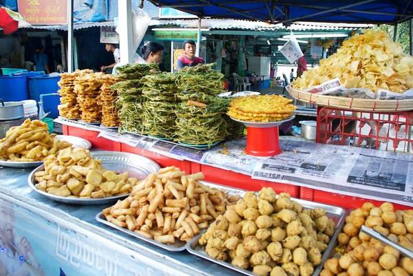 Các món rán: Người Myanmar thích ăn các món rán. Phần lớn các đồ ăn vặt ở vỉa hè hay quán trà là món rán, từ nem, bánh tới bánh mì. Nhiều món mì có rắc thêm akyaw - các thực phẩm rán giòn để trang trí. Ảnh: Myanmar Travel Essentials.