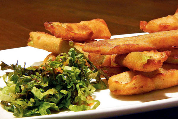 Một món rán nổi tiếng đáng thử ở đây là buthi kyaw, bí xanh tẩm bột rán giòn chấm với sốt chua ngọt làm từ me và bột đậu. Ảnh: Midday.