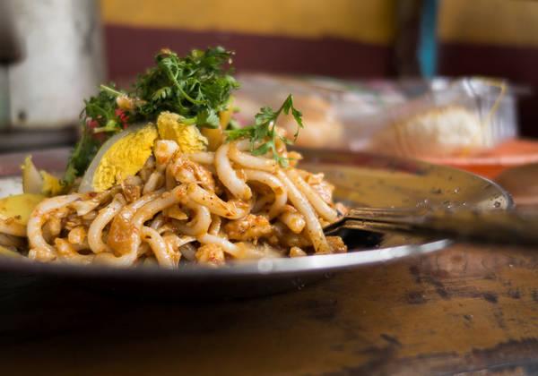 Nangyi thoke: Đây là một loại mì trộn salad, gồm các sợi mì tròn và dày được trộn với thịt gà, bánh cá, giá trần và trứng luộc. Các nguyên liệu được cho thêm bột đậu rang, nghệ và sa tế, sau đó trộn bằng tay rồi dọn ra ăn cùng dưa muối mà một bát nước dùng. Ảnh: The indolent cook.