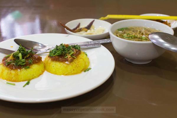 Cơm người Shan: Món nga htamin (cơm cá) của người Shan gồm cơm được nấu với nghệ nặn thành hình tròn (hoặc dẹt), sau đó cho thêm thịt cá và dầu tỏi lên trên. Cơm thường được ăn kèm với rễ tỏi tây, tỏi tươi và tóp mỡ. Ảnh: Messy Vegetarian Cook.