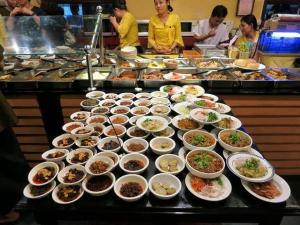 Cà ri Miến Điện: Cà ri là trung tâm của món này, thường được làm từ thịt lợn, cá, tôm, bò hoặc cừu. Tuy nhiên, bạn sẽ có vô số món ăn kèm hấp dẫn. Ảnh: Yourenotfromaroundhere.