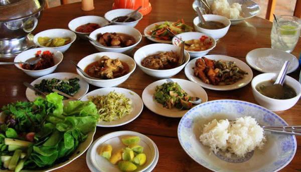 Cà ri thường được dọn cùng cơm, salad, một đĩa rau xào, một bát canh nhỏ và một đĩa to rau (sống hoặc luộc), rau thơm, cùng nhiều loại sốt chấm. Ảnh: Cambodiatravelforum.