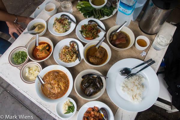 Sốt chấm đi kèm có nhiều loại, từ ngapi ye - một loại nước mắm nhạt, tới balachaung - hỗn hợp gia vị khô gồm tỏi, ớt và tôm khô rán giòn. Ảnh: Mark Wiens.