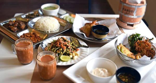 Bạn có thể gọi các món ăn như mì truyền thống hay htamin thoke - một loại salad trộn cơm. Ảnh: Asiadmc.