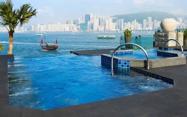 InterContinental Hong Kong, Hong Kong Nằm trên bến cảng Victoria, khách sạn InterContinental Hong Kong được chú ý nhờ có bể bơi ngoài trời lớn và bể nước nóng vô cực tại khu spa. Nhiều du khách tới đây nhận xét được đắm mình trong bể bơi của khách sạn khiến họ cảm thấy như đang bơi ở bến cảng vậy.