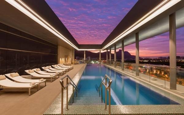 Hilton Barra Rio de Janeiro, Rio, Brazil Nằm ngay trong quận trung tâm Barra da Tijuca, thành phố Rio, khách sạn hiện đại này sở hữu một bể bơi vô cực đầy ấn tượng. Từ đây du khách vừa thư giãn trong bể vừa có thể chiêm ngưỡng khung cảnh những ngọn núi và hồ nước xung quanh.