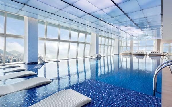 Ritz-Carlton, Hong Kong Bể bơi của khách sạn Ritz-Carlton nằm trên tầng 116 của toà nhà cao nhất Hong Kong, cũng là một trong những toà nhà cao nhất thế giới. Bể được bao quanh bởi khung cảnh cảng Victoria và đảo Hong Kong khiến du khách dễ dàng quên đi họ vẫn ở trong một khách sạn.