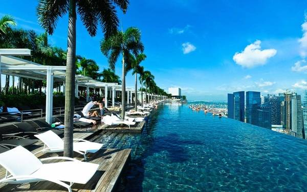 Okura Prestige, Bangkok, Thái Lan Khách sạn sang trọng này sở hữu một bể bơi vô cực dài hơn 8 m trên tầng thứ 25, những du khách đã bơi lội tại đây đều cảm thấy như đang vươn mình ra những toà nhà chọc trời trong thành phố.