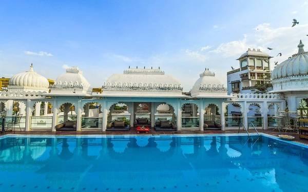 Udai Kothi, Udaipur, Ấn Độ Khách sạn Udai Kothi được xây dựng với lối kiến trúc Ấn Độ truyền thống đặc trưng, kết hợp với những tiện nghi hiện đại. Nơi đây có bể bơi trên cao duy nhất của thành phố Udaipur.