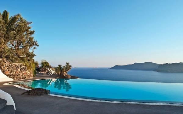 Perivolas, Santorini, Hy Lạp Với tầm nhìn ra biển Aegean, khách sạn 5 sao này sở hữu một bể bơi vô cực tuyệt đẹp. Một số phòng suite được nâng cấp, trang bị thêm bể bơi riêng sẽ đem đến những trải nghiệm thú vị.