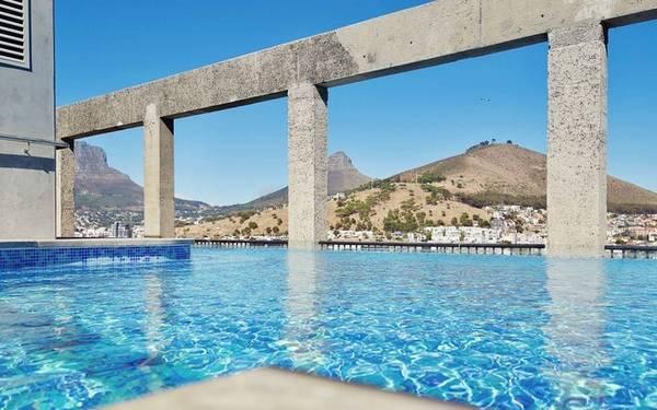 Silo, Cape Town, Nam Phi Khai trương vào tháng 3, khách sạn Silo có bể bơi với tầm nhìn ra toàn thành phố, biển và núi Bàn. Chỉ khách thuê phòng mới có thể đến bơi tại bể này, tuy nhiên khu vực sân thượng có thêm nhà hàng và quán bar mở cửa cho tất cả mọi người.