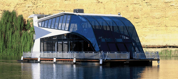 Dream Boatel, Australia  Dream Boatel là một khách sạn du thuyền xa hoa nằm tại cửa sông Mannum miền nam Australia. Khách sạn có 5 phòng ngủ với cửa sổ kính kéo dài tới trần, cùng giếng trời bằng kính cao hai tầng cho phép du khách nhìn toàn cảnh ra sông.