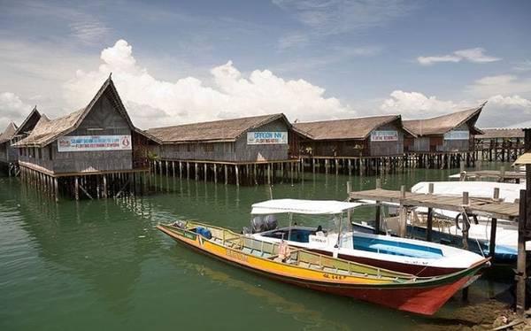 Dragon Inn Floating, Malaysia  Khu nghỉ dưỡng Dragon Inn Floating nằm tại làng chài Semporna trên bờ biển phía đông Borneo. Khu nghỉ dưỡng trên biển này sẽ tạo cho du khách cảm giác như ở một vùng thôn quê, có phòng nghỉ với mái vòm và tường bằng tre, trên khu vực biển cạn yên bình.