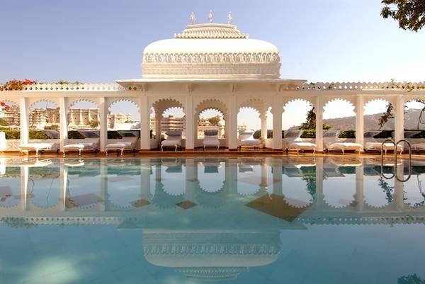 """Khách sạn Taj Lake Palace, Ấn Độ  Nhiều du khách cho rằng khách sạn được mệnh danh là """"Venice ở phương Đông"""" này xứng đáng là khách sạn nổi có tiếng nhất thế giới, sau khi xuất hiện trong bộ phim Octopussy (Vòi bạch tuộc) về điệp viên 007. Taj Lake Palace là một cung điện trắng nổi bật giữa hồ Pichola, với tầm nhìn rộng khắp khu vực sông nước của thành phố Udaipur."""