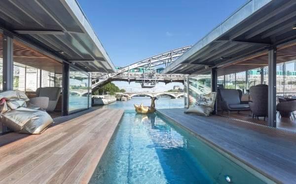 OFF Paris Seine, Pháp  Khách sạn OFF Paris Seine với hình dáng như cái kén nổi trên mặt sông Seine là nơi lý tưởng để du khách tạm xa cuộc sống đô thị. Các phòng có không gian được tận dụng hiệu quả, khu lounge bar cùng bể ngâm sẽ cho du khách thư giãn ở một trong những không gian sống mới đẹp nhất Paris.