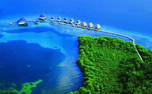 Punta Caracol Acqua, Panama  Nhà nghỉ nổi Punta Caracol Acqua nằm ở vùng biển của quần đảo Bocas del Toro, được làm từ gỗ, tre và các nguyên liệu thiên nhiên khác lấy từ địa phương. Các phòng nghỉ đều được trang bị pin mặt trời cung cấp điện. Du khách có thể khám phá những bãi biển hấp dẫn, rừng nhiệt đới và nhiều làng bản địa tại Bocas del Toro.