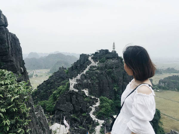 Hang Múa (Ninh Bình) nổi lên sau nhiều bộ phim điện ảnh thực hiện các cảnh quay hoàng tráng tại đây. Những bậc thang xây men theo triền núi, dẫn đến một ngọn tháp nhỏ trên đỉnh, nhìn xuống bao la bát ngát tựa hồ như Vạn Lý Trường Thành hay Hoa Sơn ở Trung Quốc. Ảnh: diemnhi94