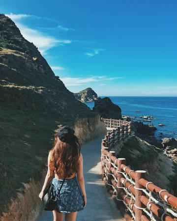 Eo Gió nằm cách trung tâm thành phố Quy Nhơn 20 km về phía đông bắc, trong 2 năm gần đây bỗng chốc trở thành điểm check in quen thuộc không thể bỏ qua cho bất kỳ ai đến thành phố biển. Con đường giáp biển được kè cẩn thận, xây hàng rào, uốn lượn cong cong men theo vách núi khiến nhiều người liên tưởng đến hòn đảo du lịch Jeju lãng mạn trong những thước phim Hàn. Ảnh: howareyou.pretty