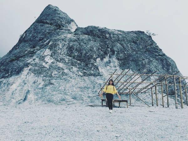 Nếu chưa có dịp đến xứ lạnh, chạm tay vào tuyết thì bạn có thể ghé qua đèo Thung Khe hay còn được gọi là đèo Đá Trắng (Hòa Bình), cách Hà Nội tầm 100 km. Thật khó tin khi cảnh tượng này được chụp ở Việt Nam với một vùng núi trắng xóa, mơ hồ, ẩn hiện trong sương. Thực tế, đây là đá vôi, khi xẻ núi mở đường, đá từ trên cao sạt xuống đèo, tạo nên khung cảnh trắng xóa như tuyết. Ảnh: tieusunhihi