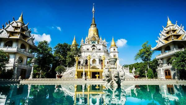 Không phải Thái Lan hay Myanmar, ngôi chùa lộng lẫy này nằm tại quận 9, TP HCM, cách trung tâm khoảng 20 km. Ngôi chùa được thiết kế với nét kiến trúc đặc trưng của những công trình đạo Phật ở Đông Nam Á, tỏa ánh vàng rực rỡ dưới ánh nắng, phản chiếu lên mặt nước hồ. Ảnh: dulichbui