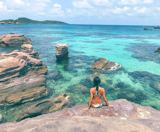 """Tuy mới xuất hiện trên bản đồ du lịch nhưng đảo Gầm Ghi đã nhanh chóng nổi danh bởi danh hiệu """"tiểu Bali"""" bởi rạn san hô phong phú và những hòn đá hình thù kỳ dị ở ngay gần bãi tắm, tựa như hòn đảo nổi tiếng ở Indonesia. Làn nước biển trong vắt sẽ thu hút những phượt thủ đam mê lặn biển. Hòn đảo nằm phía Nam cảng An Thới ở vịnh Thái Lan, là một phần của quần đảo An Thới trong đó bao gồm 17 đảo nhỏ, thuộc Phú Quốc, Kiên Giang. Ảnh: sara-peda"""