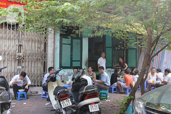 Quán luôn đông khách cho dù chỗ ngồi là vỉa hè, và không có đủ bàn để ngồi.