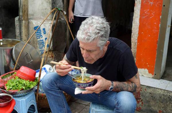 """Trước khi thưởng thức món ăn đặc trưng của Thủ đô, Anthony vui vẻ nói """"Giờ thì tôi đã chính thức ở Hà Nội""""."""