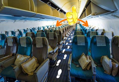 Thông thường, du khách luôn chọn ghế ngồi gần phía đầu máy bay để hưởng những lợi ích như được phục vụ bữa ăn đầu tiên và có nhiều lựa chọn, hoặc rời khoang sớm nhất khi phi cơ hạ cánh. Tuy vậy, theo kinh nghiệm của dân bay chuyên nghiệp, khu ghế gần đuôi máy bay - nơi có cabin phục vụ - sẽ giúp hành khách được tiếp viên ưu ái hơn, chẳng hạn được thêm đồ ăn miễn phí hay đáp ứng các yêu cầu đặc biệt khác. Lý do chính là khi ngồi đây, tiếp viên có thể yên tâm chiều theo yêu sách của bạn mà không phải chịu sự săm soi từ những vị khách khác, dẫn đến mất trật tự trên tàu bay.