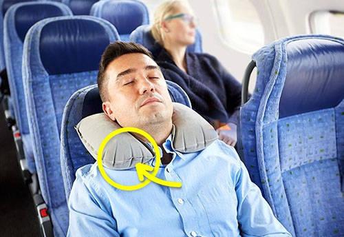 """Không thổi gối hơi căng phồng Ngồi bên dân phượt chuyên nghiệp, bạn dễ thấy họ chỉ thổi gối hơi dăm ba lần và hầu như vẫn để """"bảo bối"""" này xẹp lép lúc máy bay đang chuẩn bị cất cánh. Càng lên cao, sự biến đổi áp suất trong cabin càng lớn và dễ khiến chiếc gối hơi đã phồng sẵn bị căng quá đà, gây nguy hiểm."""