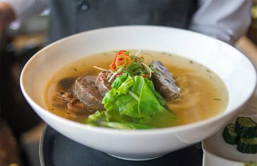 Regent Taipei  Khách sạn Regent đã nhiều lần giành giải thưởng tại Lễ hội mì bò Đài Bắc và phục vụ rất nhiều món mì bò khác nhau tại nhà hàng Azie Grand Café bên trong khách sạn. Món mì được cho là ngon nhất ở đây có tên New Formosa (giá khoảng 320.000 đồng/ tô). New Formosa từng giành giải sáng tạo ở lễ hội mì năm 2013. Món mì này gồm thịt bò và rau cải đắng của Đài Loan.  Địa chỉ: Nhà hàng Azie Grand Café, Khách sạn Regent Taipei: Số 3, đường 30, khu 2, đường Chungshan North, Đài Bắc.