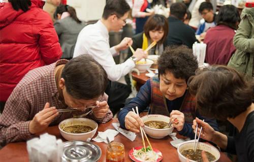 """Mì bò Yong Kang  Mở cửa từ năm 1963, nhà hàng nhỏ bé này là một trong những địa chỉ có nước dùng mì bò ngon nhất thành phố. Nhà hàng không bao giờ tham dự lễ hội, vì """"muốn dành cơ hội cho các nhà hàng khác"""". Mì nơi đây được nấu với thịt bò Australia và nước dùng cay kiểu Tứ Xuyên. Món mì ngon nhất: Mì gân bò (khoảng 140.000 đồng/ tô) với sợi mì dai, thịt bò mềm, những miếng gân sần sật nhưng không bị cứng và nước dùng đậm đà.  Địa chỉ: Mì bò Yong Kang, số 17, đường 31, khu 2, đường Jinshan South, Đài Bắc."""