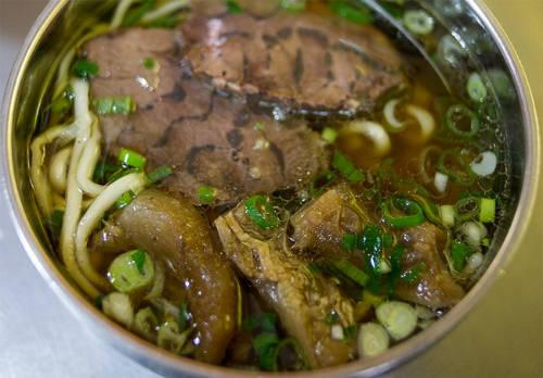 Lin Dong Fang  Lin Dong Fang là nhà hàng phục vụ mì bò theo phong cách truyền thống và đã tồn tại suốt 3 thập kỷ. Điểm nhấn của nhà hàng là nước dùng đặc biệt, được chế biến từ một số gia vị có trong phương thuốc lâu đời của Trung Hoa. Món ngon nhất là mì gân bò có giá khoảng 135.000 đồng/ bát. Nước dùng của mì đã rất tuyệt rồi nhưng nếu thích bạn có thể thêm một thìa nhỏ mỡ bò để thêm vị nồng cho tô mì. Tại nhà hàng, bạn có thể xin thêm nước dùng miễn phí.  Địa chỉ: Lin Dong Fang Niu Rou Mian, số 274, khu 2, đường Bade, Đài Bắc, Đài Loan.