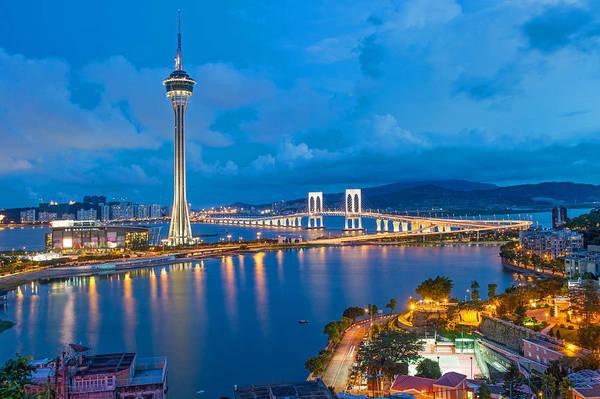 1. Nhảy Bungee  ở tháp AJ Hackett Macau: AJ Hackett cao 338 m là tháp cao thứ 10 trên thế giới. Ở đây có sòng bạc, nhà hàng và khu giải trí. Một trong những hoạt động nổi bật nhất ở đây là nhảy bungee từ độ cao 233 m. Đây là địa điểm nhảy bungee thương mại cao nhất trên thế giới. Nếu không đủ can đảm để nhảy bungee, bạn có thể trải nghiệm đi trên lối đi bằng kính bên ngoài tòa nhà ở tầng 57. Ảnh: VCG.