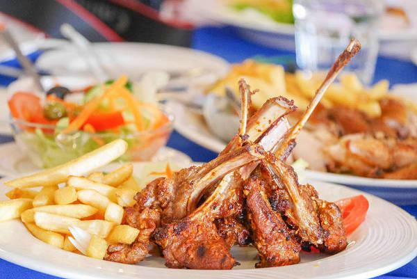 2. Thưởng thức bữa tối với đồ ăn Bồ Đào Nha: Từ giữa thế kỷ 16 đến năm 1999, Macau chịu sự quản lý của Bồ Đào Nha, vì vậy nền văn hóa Bồ Đào Nha đã ảnh hưởng mạnh mẽ đến Macau. Nhiều người Bồ Đào Nha định cư và mở các nhà hàng ở khu hành chính đặc biệt này. Tại đây, du khách có thể thưởng thức bữa tối lãng mạn với những món ăn hấp dẫn. Ảnh: VCG.