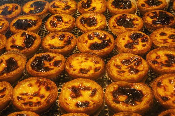 3. Thưởng thức bánh tart trứng Bồ Đào Nha: Một trong những món ăn cần phải thử ở Macau là bánh tart trứng Bồ Đào Nha. Món tráng miệng này không giống với món bánh trứng Quảng Đông truyền thống: caramel cháy hơn và phần kem trong bánh đầy hơn, lớp vỏ bánh giòn. Nổi tiếng nhất là Lord Stow's Bakery ở Coloane. Tiệm bánh trở thành một điểm du lịch ở Macau và luôn trong tình trạng cháy hàng. Ảnh: VCG.