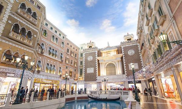 """5. Ghé thăm một sòng bạc. Được biết đến với cái tên """"Las Vegas của phương Đông"""", Macau có 33 sòng bạc. Bạn có thể tìm thấy các sòng bạc khác nhau với khách sạn hay khu nghỉ dưỡng quanh mỗi góc của Macau, đặc biệt là trên đảo Taipa, nơi mà các sòng bạc mới liên tục mở cửa. Trong số đó Venetian là sòng bạc nổi tiếng nhất và cũng là sòng bạc lớn nhất thế giới. Ảnh: VCG."""
