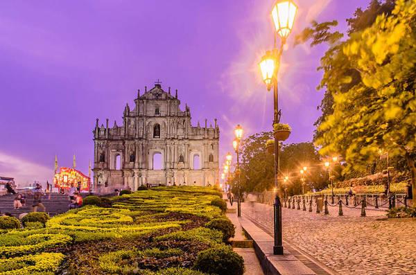 6. Selfie tại di tích nhà thờ Thánh Paul: Di tích nhà thờ Thánh Paul là điểm du lịch nổi tiếng của Macau. Các di tích bao gồm trường đại học và nhà thờ được xây dựng năm 1583. Tuy nhiên, sau ba vụ cháy dữ dội vào năm 1595, 1601 và 1835, nhà thờ bị hư hỏng nghiêm trọng. Thế nhưng điều kỳ diệu là sau nhiều năm xây dựng và các vụ hỏa hoạn, mặt tiền khổng lồ và cầu thang phía trước của nhà thờ vẫn còn nguyên vẹn. Ảnh: VCG.