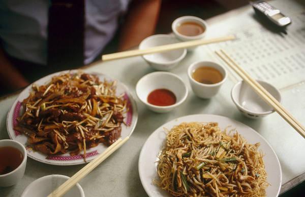 """7. Thưởng thức một bữa ăn địa phương tại nhà hàng nhỏ: Tại Macau, du khách thường ghé thăm các nhà hàng sang trọng trong các khách sạn, phục vụ các món ăn nổi tiếng Bồ Đào Nha, khiến nhiều nhà hàng địa phương nhỏ được gọi là """"Cha Chaan Teng"""" bị bỏ quên. Thế nhưng những món ăn của các nhà hàng này lại có thể mang lại sự ngạc nhiên đặc biệt cho thực khách. Ảnh: VCG."""